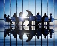 Silhouetten van bedrijfsmensen in een conferentieruimte Stock Foto's