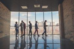 Silhouetten van bedrijfsmensen in een conferentieruimte Stock Afbeeldingen
