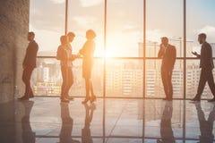 Silhouetten van bedrijfsmensen in een conferentieruimte Stock Afbeelding