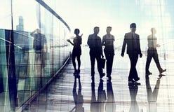 Silhouetten van Bedrijfsmensen in het Vage Motie Lopen Royalty-vrije Stock Afbeeldingen