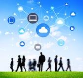 Silhouetten van Bedrijfsmensen met Sociale Voorzien van een netwerksymbolen Royalty-vrije Stock Afbeelding