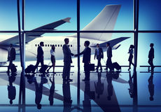 Silhouetten van Bedrijfsmensen op een Luchthaven Stock Afbeeldingen