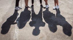 Silhouetten van benen van vijf bevindende volkeren stock foto's