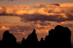 Silhouetten van bergen bij zonsondergang op een achtergrond van bewolkt Stock Afbeelding