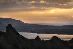 Silhouetten van bergen bij zonsondergang op een achtergrond van bewolkt Stock Fotografie