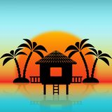 Silhouetten van bungalow en palmen tegen het toenemen zon royalty-vrije illustratie
