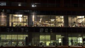 Silhouetten van creatieve beambten in het eind van werkdag stock footage
