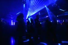 Silhouetten van dansende mensen stock foto's