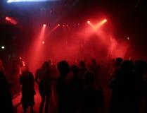 Silhouetten van dansende mensen royalty-vrije stock fotografie