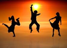 Silhouetten van dansende mensen Royalty-vrije Stock Afbeeldingen