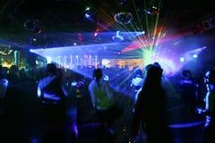 Silhouetten van dansende mensen stock foto