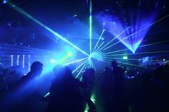 Silhouetten van dansende mensen stock afbeeldingen