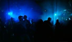 Silhouetten van dansende mensen royalty-vrije stock foto