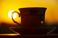 Silhouetten van de koffie van de zonsopgangochtend stock foto's