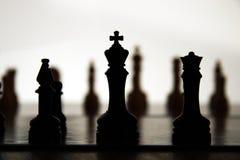 Silhouetten van de koning en qu Stock Foto