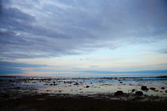 Silhouetten van de naakte zeebedding bij hoge eb Royalty-vrije Stock Foto's