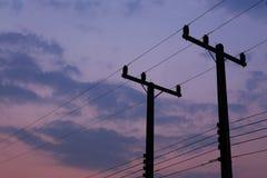 Silhouetten van draden en elektrische post Stock Afbeelding