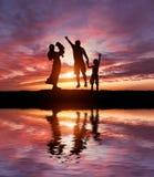 Silhouetten van gelukkige familie royalty-vrije stock afbeeldingen