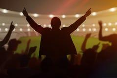 Silhouetten van gelukkige vrolijke sportventilators bij stadion royalty-vrije stock afbeelding