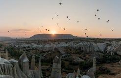 Silhouetten van hete luchtballons in Cappadocia, Turkije royalty-vrije stock afbeelding