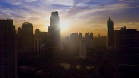 Silhouetten van hoge het bureaugebouwen van Djakarta in de ochtend Stock Afbeeldingen
