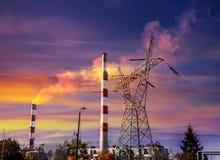 Silhouetten van industriële infrastructuur bij zonsondergang Stock Foto's