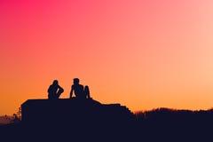 Silhouetten van jong liefdepaar Stock Foto