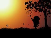 Silhouetten van kind buiten het spelen stock afbeelding
