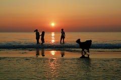 Silhouetten van kinderen het spelen Royalty-vrije Stock Foto's