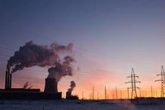 Silhouetten van machtslijnen, het thema van ecologie silhouetten op de zonsonderganghemel Machtspylonen Royalty-vrije Stock Foto