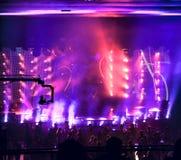Silhouetten van mensen in concertzaal Stock Afbeeldingen