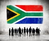 Silhouetten van Mensen die de Afrikaanse Vlag bekijken Royalty-vrije Stock Afbeeldingen