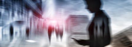 Silhouetten van mensen die in de straat dichtbij wolkenkrabbers en moderne bureaugebouwen lopen Veelvoudig blootstelling vaag bee royalty-vrije stock afbeelding
