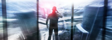 Silhouetten van mensen die in de straat dichtbij wolkenkrabbers en moderne bureaugebouwen lopen Veelvoudig blootstelling vaag bee royalty-vrije stock afbeeldingen