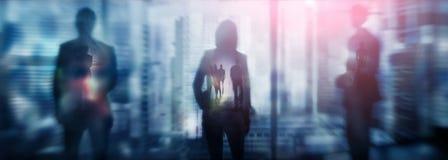 Silhouetten van mensen die in de straat dichtbij wolkenkrabbers en moderne bureaugebouwen lopen Veelvoudig blootstelling vaag bee stock illustratie