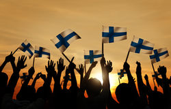 Silhouetten van Mensen die de Vlag van Finland houden Royalty-vrije Stock Foto
