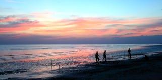 Silhouetten van mensen die voetbal op het strand spelen Royalty-vrije Stock Afbeeldingen