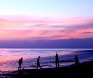 Silhouetten van mensen die voetbal op het strand spelen Stock Fotografie