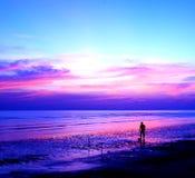 Silhouetten van mensen die voetbal op het strand spelen Stock Foto's