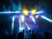 Silhouetten van mensen en musici Stock Foto