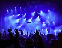 Silhouetten van mensen en musici stock fotografie