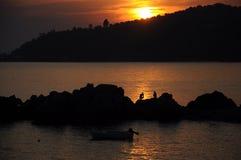 Silhouetten van mensen en zonsondergang stock foto