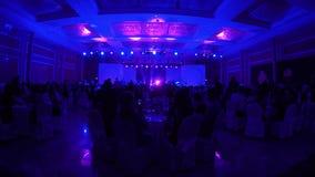 Silhouetten van mensen in groot overlegstadium Heldere mooie stralen van licht stock video
