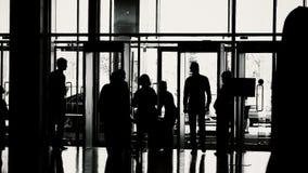 Silhouetten van mensen in moderne zaal stock video