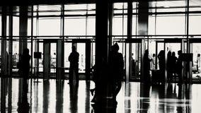 Silhouetten van mensen in moderne zaal stock videobeelden