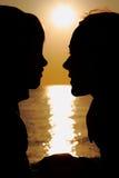 Silhouetten van moeder en zoon Royalty-vrije Stock Fotografie