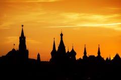 Silhouetten van Moskou het Kremlin bij Rood vierkant op zonsondergang stock fotografie