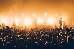 Silhouetten van overlegmenigte voor heldere stadiumlichten Een uitgever*kopte menigte op rotsoverleg Menigte van ventilators bij  royalty-vrije stock afbeelding