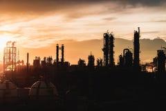 Silhouetten van petrochemische installatie Royalty-vrije Stock Afbeelding