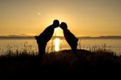 Silhouetten van romantisch paar op tropisch strand bij zonsondergang stock afbeelding